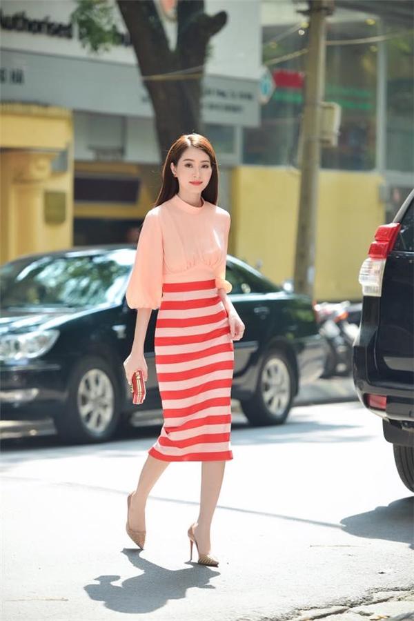Thiết kế kết hợp áo tay phồng cổ điển cùng chân váy ôm sát gợi cảm. Tông trang điểm cũng được người đẹp 25 tuổi kết hợp hài hòa với màu sắc của trang phục. Đây là thiết kế mới nhất của Lê Thanh Hòa.