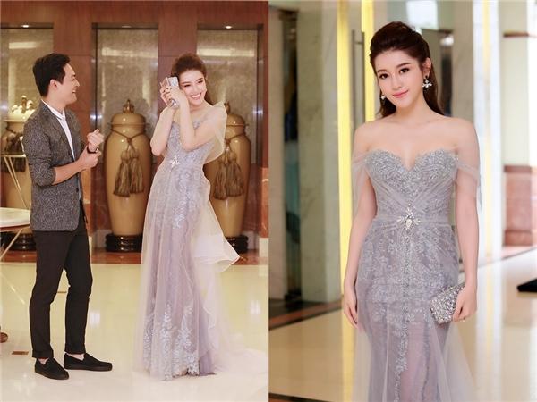 Một thiết kế khác giúp Huyền My tỏa sáng vẫn có màu sắc khá trầm mặc. Bộ váy tạo cảm giác mong manh, nhẹ nhàng cho người mặc lẫn người xem.