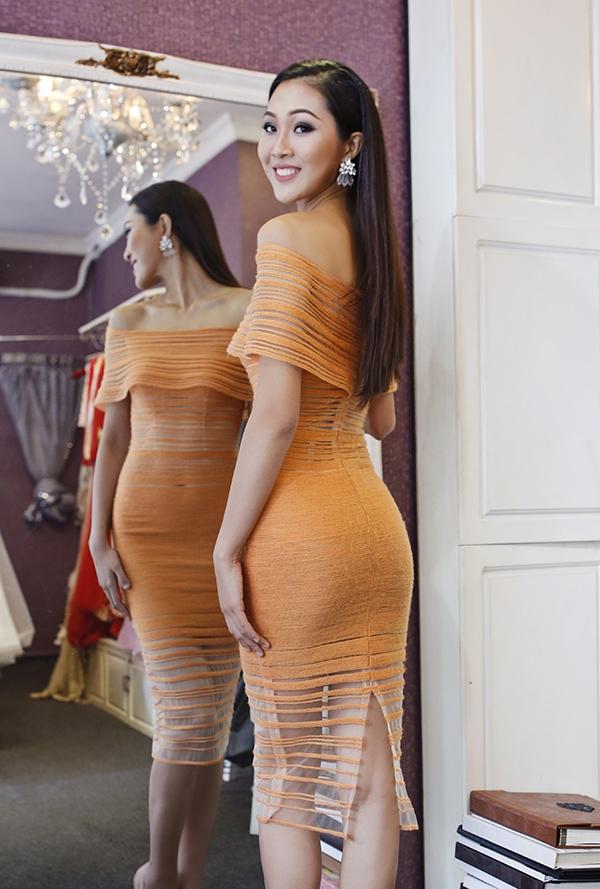 Sử dụng sắc cam trẻ trung kết hợp những chi tiết đan móc trên nền vải xuyên thấu, thiết kế của Lê Thanh Hòa giúp Diệu Ngọc phô diễn được những đường cong nóng bỏng trên cơ thể. Sự thanh lịch, ngọt ngào pha chút gợi cảm sẽ là phong cách mà người đẹp này theo đuổi cũng như mang đến Hoa hậu Thế giới vào cuối năm nay.