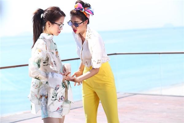 Phạm Hương và An Nguy trong thử thách chụp ảnh cùng mắt kính.