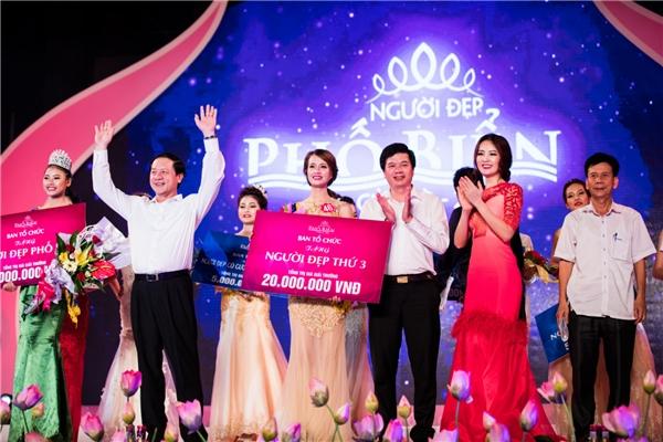 """Cuối tuần qua, Á hậu Việt Nam 2008 đã có buổi làm việc thú vị với cuộc thi """"Người đẹp phố biển"""" diễn ra tại thành phố Vinh, tỉnh Nghệ An. Tại đây, Thụy Vân và những thành viên còn lại của ban giám khảo đã chọn ra được các gương mặt xuất sắc nhất để trao giải thưởng và danh hiệu cao quý."""