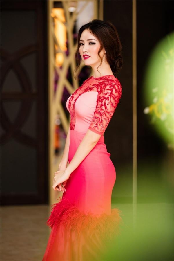 Thụy Vân được Minh Tiệp nâng váy trên thảm đỏ