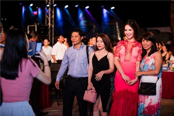 Mặc dù chương trình kết thúc khá trễ nhưng nhiều khán giả vẫn nán lại để chụp ảnh lưu niệm cùng Thụy Vân.