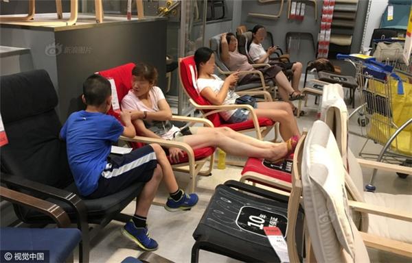 Siêu thịcho phépkhách hàngđược đứng, ngồi hay nằm thử trên các sản phẩm trong khu vực trưng bày.