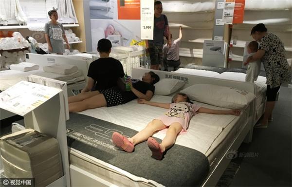 Hết hồn cảnh nhiều người hồn nhiên đến khó đỡ trong siêu thị nội thất