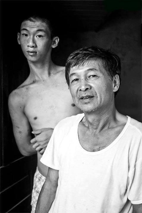 Người ân nhân 20 năm trước cùng con trai. (Ảnh: James Dương)