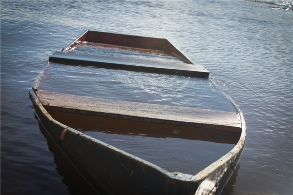 """""""Trong lúc chờ chết thì bất chợt có đôi tay nhấc tôi ra khỏi mặt nước"""".(Ảnh: Internet)"""