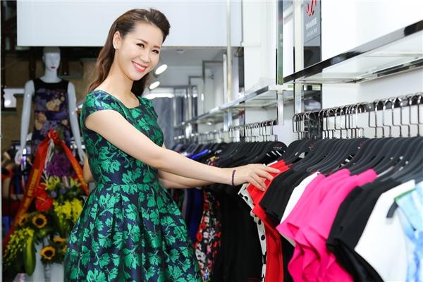 Cuối tuần qua, Dương Thuỳ Linh rạng rỡ dự sự kiện khai trương thời trang tại Quảng Ninh. Cô chọn váy ngắn trẻ trung in hoạ tiết lá xanh mát.
