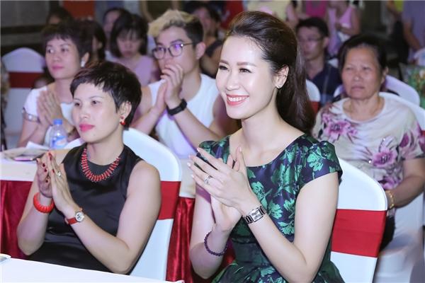 Người đẹp được rất nhiều vị khách đón chào và xin chụp ảnh cùng khi tham gia event. Sau khi kết thúc sự kiện vào buổi tối, Dương Thuỳ Linh được trợ líđưa đón bằng ô tô về Hà Nội ngay trong đêm.