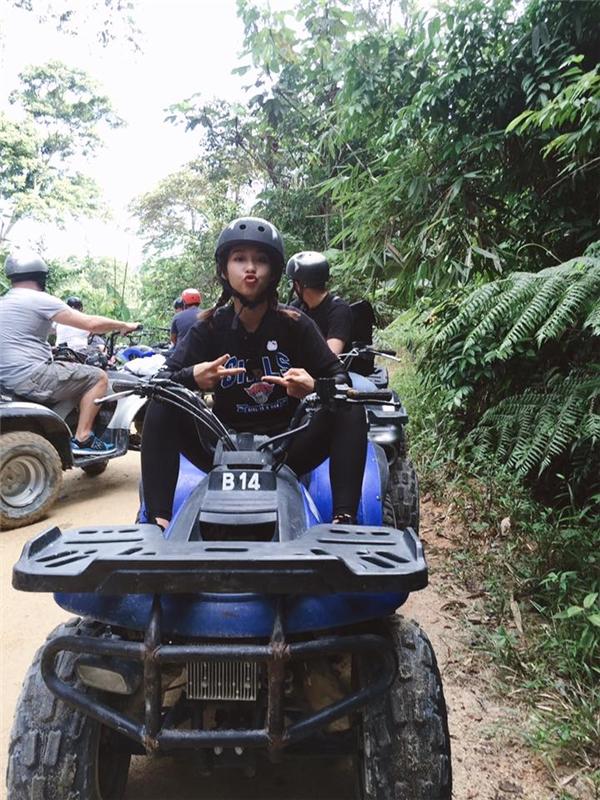 Khả Ngân hào hứng tham gia trò chơi lái xe ATV băng rừng mạo hiểm nổi tiếng ở Kuala Lumpur.