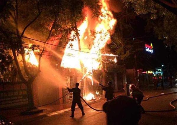 Ngọn lửa bùng phát dữ dội tại một quán bar ở Hải Dương ngay trong đêm chung kết Euro 2016. Ảnh: Internet