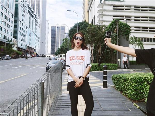 """Khả Ngân bộc lộ """"bản chất đàn ông"""" trong chuyến du hí Malaysia"""