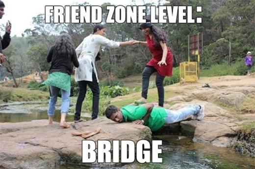 """Bị friendzone đến mức phải lăn lê làm cầu cho cô bạn bước qua con suối """"tí hin"""" này thì buồn quá thể."""