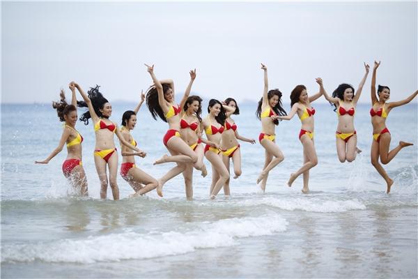 """Trang phục bikini """"đình đám"""" của hãng hàng không Vietjet từng tôn vinh nhiều nhan sắc Việt tiếp tục """"làm mưa làm gió"""" trong tập """"hot"""" nhất của cuộc thi The Face."""
