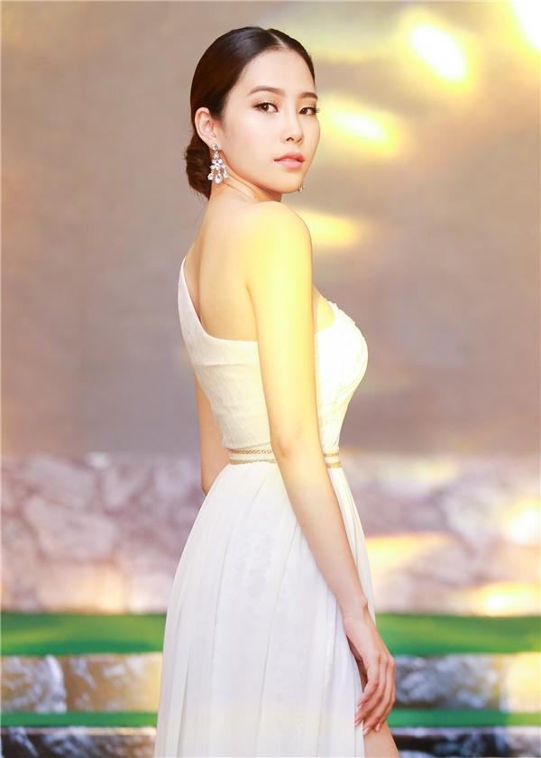 Chiếc đầm với thiết kế lệch vai giúp người đẹpkhoe khéo bờ vai trần gợi cảm. Đồng thời,chi tiết xẻ cao cũng giúp nàng Hoa khôi khoe được đôi chân thon dài của mình.