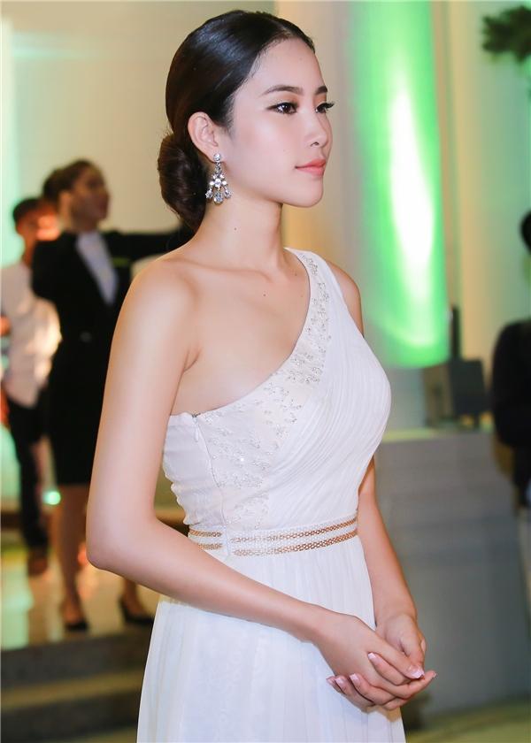 Thay chomột Nam Em trẻ trung và dịu dàng là sự xuất hiện củaquý cô Nam Em sang trọng, lộng lẫy trong bộ đầm dài thướt tha cùng mái tóc búi gọn gàng kiểu cổ điển.