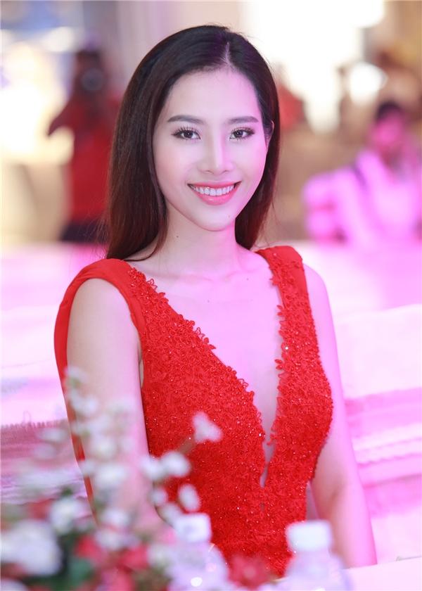 Và một trong những quyết định của Nam Em chính là việcxin rút khỏi cuộc thi Hoa hậu Việt Nam 2016 nhằmtập trung toàn bộ sức lựccho ca hát.