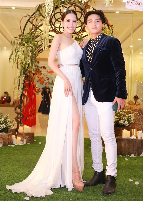 Tại sự kiện, Nam Em gặp gỡ với Á vương Mister Global 2014 - Hữu Vi. Nam người mẫu khoe vẻ lịch lãm trong bộ veston màu xanh đậm.