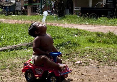 Cậu bé nghiện thuốc nặng đến mức dù ở bất cứ hoạt động bình thường nào cũng không xa rời điếu thuốc. Thậm chí, nếu không đưa thuốc cho Ardi, bé sẽ trở nên cáu gắt. (Ảnh Internet)