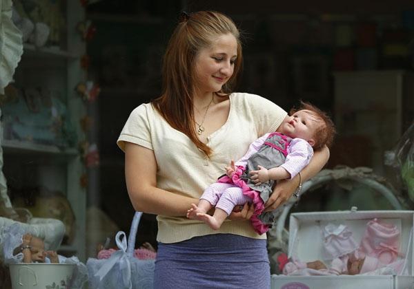 Chết lặng với sự thật về đứa bé luôn cười vô hồn trên tay người mẹ
