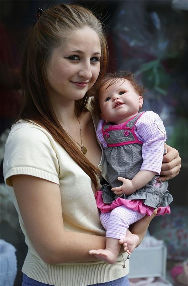 """Một cô gái trẻ với """"con"""" của mình."""