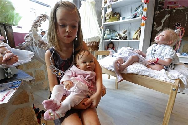 """Cô con gái 6 tuổi của Beatrice trong một """"em bé"""" đã thành phẩm."""