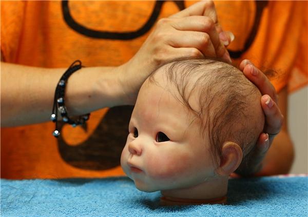 Tóc và nét mặt của búp bê được tạo hình y như thật.