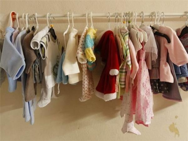 Có cả một bộ sưu tập quần áo riêng của những con búp bê.