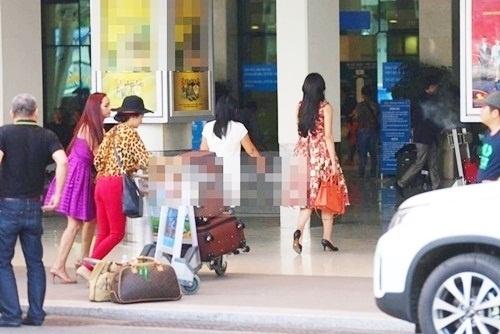 Không lâu sau đó, Hoa hậu Việt Nam 2014 tiếp tục bị bắt gặp thảnh thơi xách túi ở sân bay trong khi bố mẹ cô đang phải vất vả đẩy xe hành lí giúp con gái. Từ đây, nhiềungười hâm mộ bắt đầu đặt dấu hỏi về phẩm chất đạo đức của người đẹp đại diện cho nhan sắc Việt. - Tin sao Viet - Tin tuc sao Viet - Scandal sao Viet - Tin tuc cua Sao - Tin cua Sao