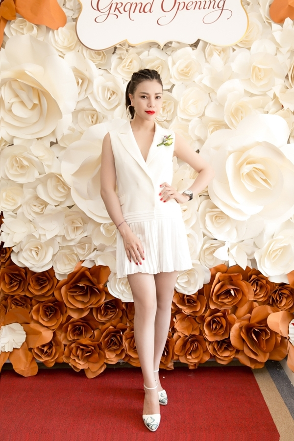 Được biết,bộ cánh và đôi giày cô diệnthuộcmột thương hiệu thời trangnổi tiếng vàcó giá hơn 4.000USD.