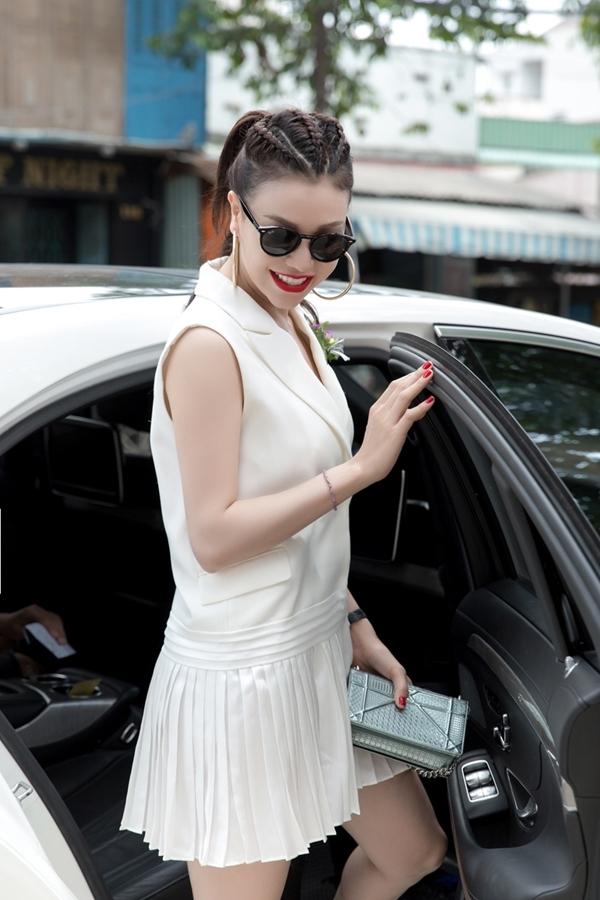 Trà Ngọc Hằng đi xe tiền tỉvề Bình Dương tham dự một sự kiện khách hàng.
