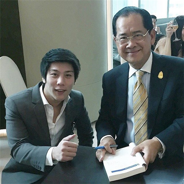 Anh chàng cùng bộ trưởng năng lượng Thái Lan.