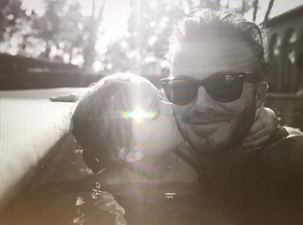 David Beckham đăng ảnh Harper hôn má nhân dịp sinh nhật 5 tuổi của cô bé.