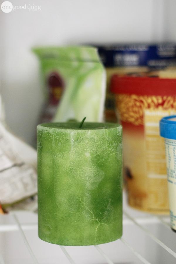 Để kéo dài tuổi thọ của đèn cầy, bạn nên bỏ nó vào tủ lạnh, đến khi đèn cầy cứng thật cứng. Làm như thế thì sáp đèn cầy sẽ chậm chảy ra và bạn sẽ có thể sử dụng đèn cầy được lâu hơn. (Ảnh: onegoodthing)