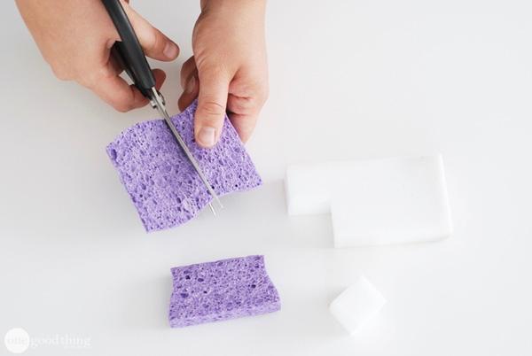 Thay vì dùng cả miếng rửa chén lớn, bạn có thể cắt đôi chúng ra. Như vậy là đã có thể tiết kiệm được một khoảng rồi đấy. (Ảnh: onegoodthing)