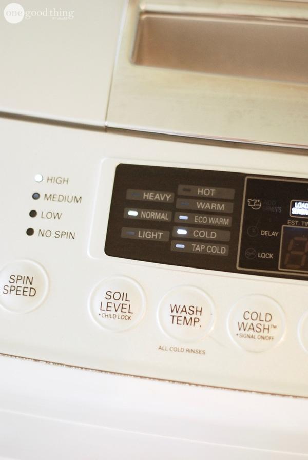 """Nếu máy giặt nhà bạn có chế độ """"eco-friendly"""", bạn nên tận dụng thật triệt để. Bởi chế độ giặt này vẫn đầy đủ các chu kì nhưng sẽ giúp bạn tiết kiệm được rất nhiều nước và cả điện. Nghĩa là hóa đơn tiền nước, tiền điện của bạn giảm được kha khá rồi đấy. (Ảnh: onegoodthing)"""