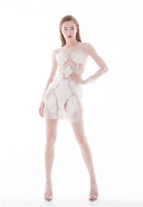 Đội của Hồ Ngọc Hà lại chọn tạo hình khác biệt hơn với ý tưởng đến từ vẻ đẹp của những thiên thần. Trang phục của toàn đội cô đều lấy sắc trắng làm chủ đạo.