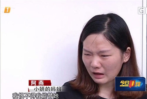 Người mẹ không ngừng khóc ân hận vì hành động của mình.