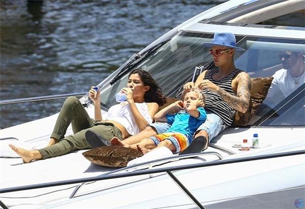 Cả ba đang tận hưởng kì nghỉ trên du thuyền riêng của nam ca sĩ.
