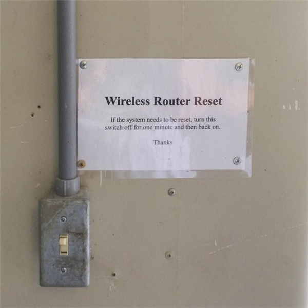 Để tái khởi động một bộ phát tín hiệu WIFI chúng ta cần phải dùng đến công tắc này đây.