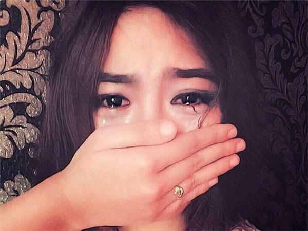 Bức ảnh hot girl che mặt khóc là một trong những bức ảnh được sử dụng rộng rãi trên các trang mạng xã hội khi có ai đó rơi vào tình cảnh đau buồn hay tuyệt vọng.