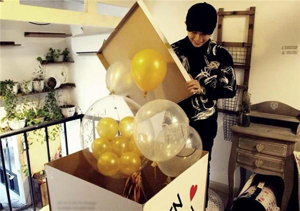Cuối tuần qua là sinh nhật tuổi 25 của Gil Lê. Fans của nữ ca sĩ đã bất ngờ tặng quà sinh nhật trong hậu trường Nhân tố bí ẩn khiến cô không khỏi xúc động và vô cùng hạnh phúc.