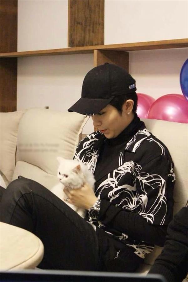 Thời gian rảnh rỗi, Gil Lê luôn dành thời gian chơi fan nhí với mèo cưng.