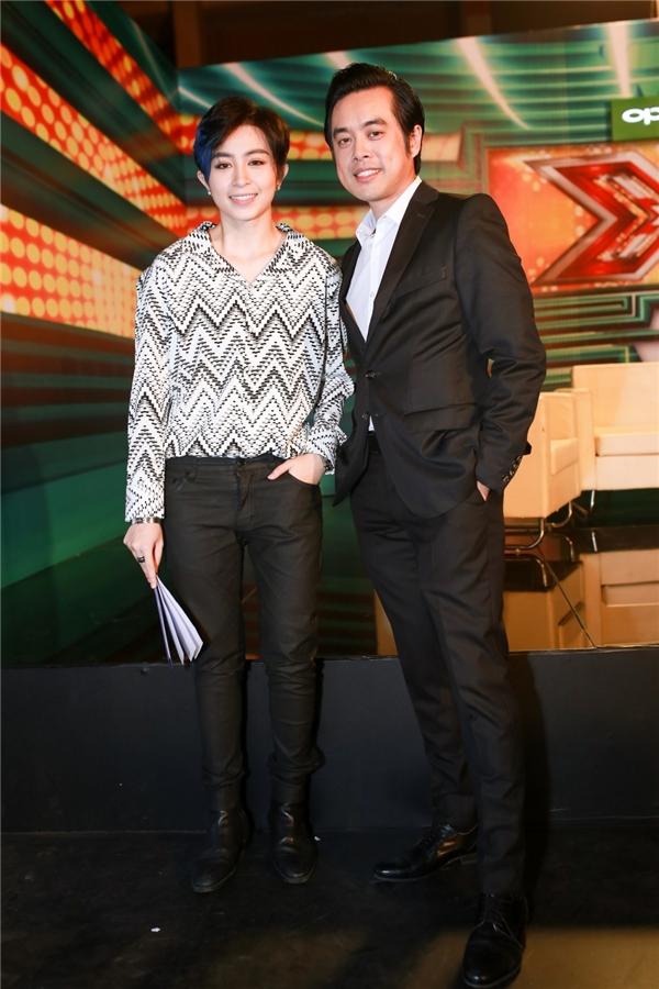 Gil Lê chụp ảnh thân thiết cùng giámkhảo Dương Khắc Linh. Nữ ca sĩ và nam nhạc sĩ ngoài đờithân thiết như anh em.