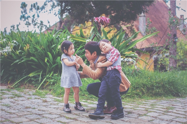 Suốt chuyến đi, bé Rio và Cherry luôn quấn quít với bố Lý Hải. Hai anh em thích thú khi được vui đùa cùng bố. - Tin sao Viet - Tin tuc sao Viet - Scandal sao Viet - Tin tuc cua Sao - Tin cua Sao