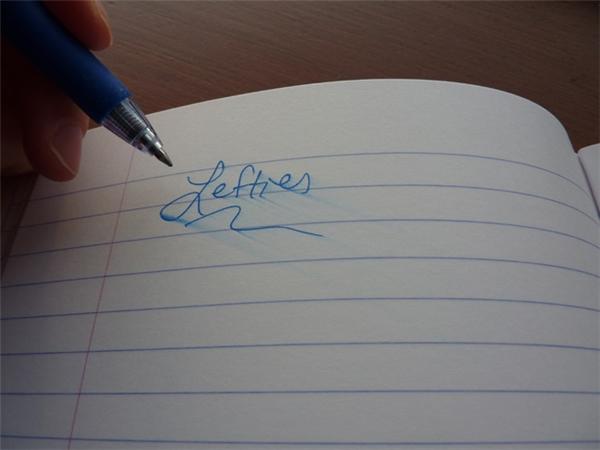 Mỗi lần viết xong chữ sẽ bị nhòe.