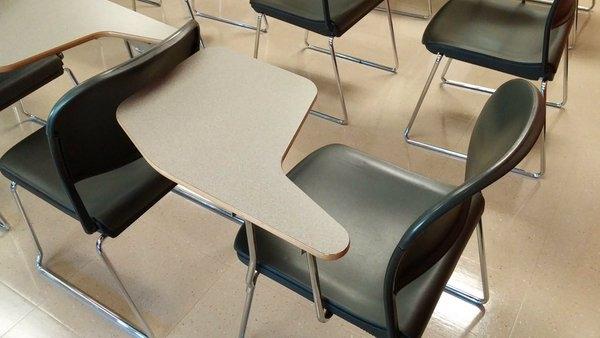 Tìm được một chiếc bàn dành cho người thuận tay trái là chuyện hầu như không tưởng.
