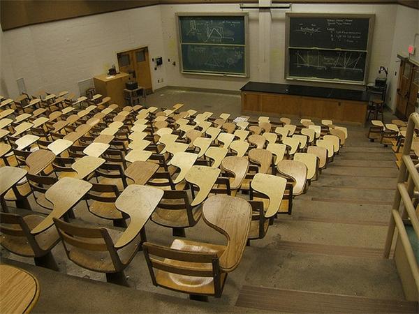 Nhất là khi bước vào lớp học mà thấytoàn là những chiếc bàn như thế này.