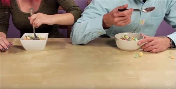 Thúc cùi chỏ vô cái bọn thuận tay phải ngồi kế bên là chuyện bình thường, nhất là khi ngồi ăn hay ngồi học.