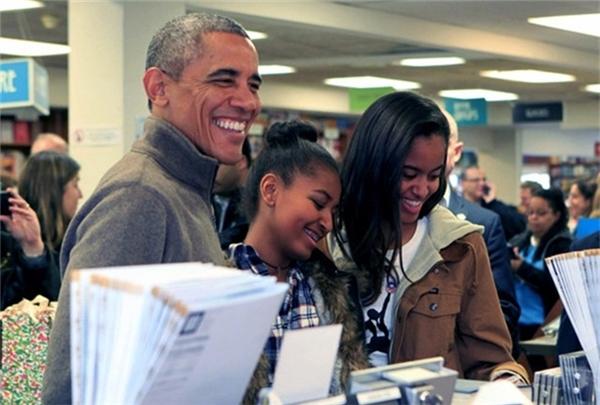 Sở thích của 2 chị em là được bố dẫn đi mua sách.